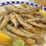 boquerones fritos, tapas espagnoles typiques, ressemblant aux anchois